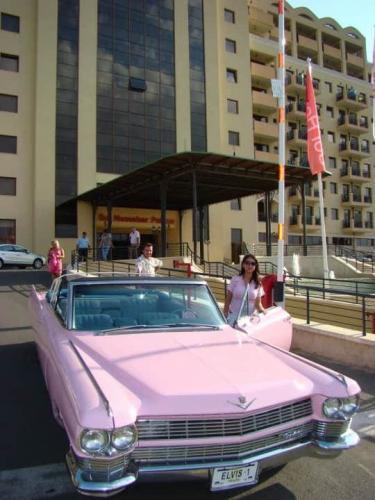 Розов Ретро Автомобил Кадилак